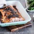 Marineret lakseside med sesam - laks med sødlig asiatisk marinade og toppet med sorte sesamfrø