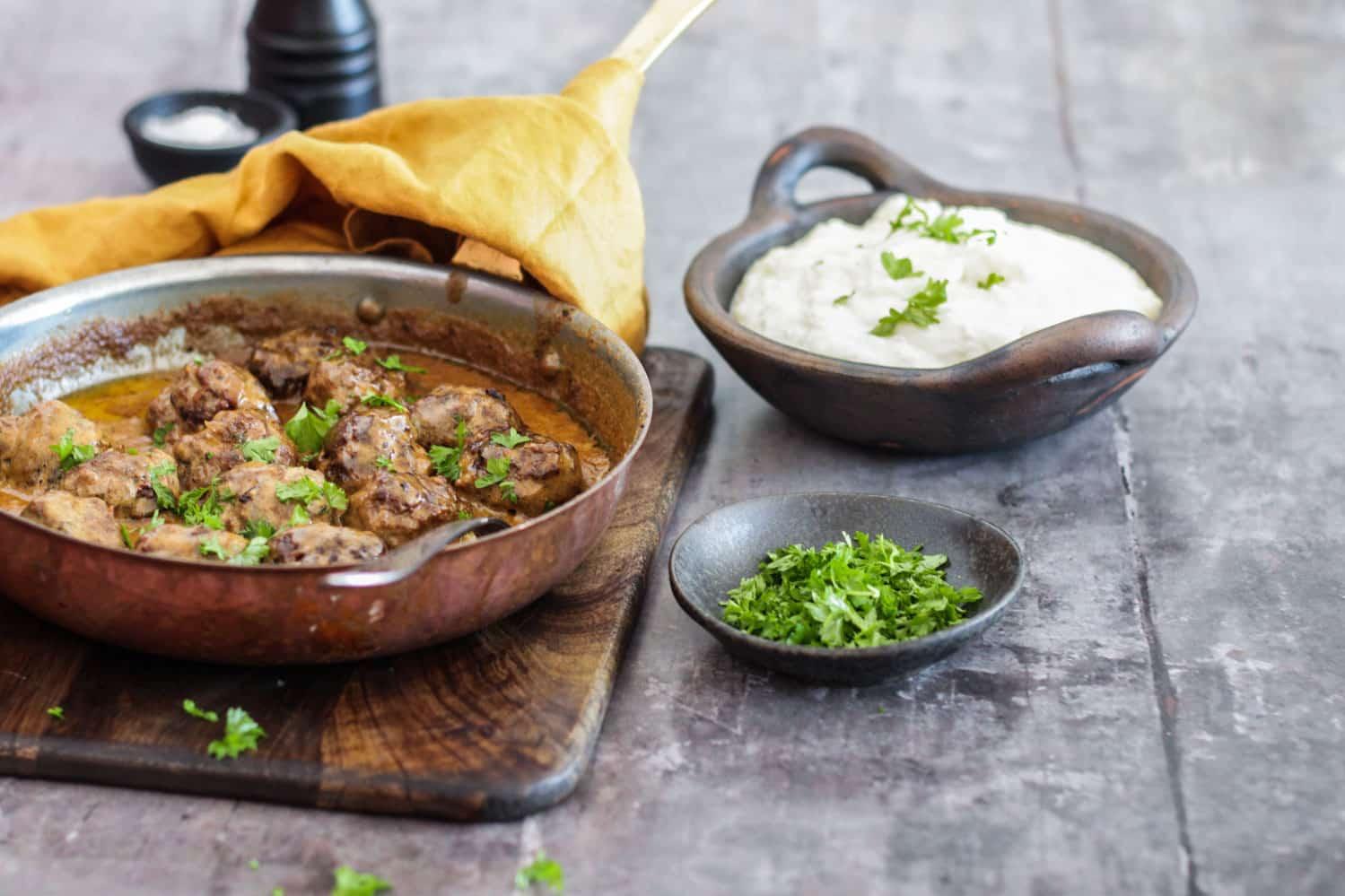 Svenske kødboller eller 'köttbullar' med brun sovs og blomkålsmos. Dejlig familiemad, som alle kan lide.