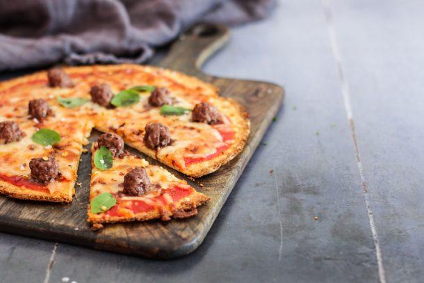 Blomkålspizza med kødboller og chili - opskrift på sund og mættende pizza med blomkål