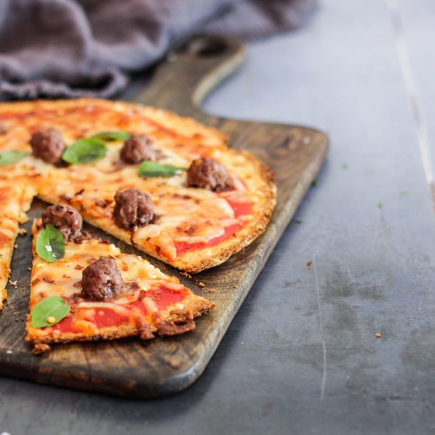 Blomkålspizza med kødboller og chili