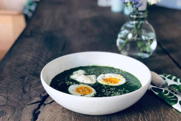 Grønkålssuppe - opskrift på sund, grøn suppe med masser af grøntsager