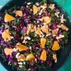 Årets kålsalat til julebordet. Tilføj en frisk kålsalat til den tunge julemad. Denne smager fantastisk.