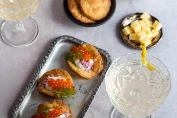 Kiks med rygeostcreme - glutenfrie kiks - dejlig appetizer til velkomstdrinken