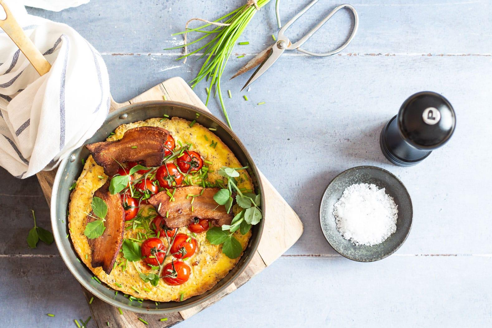 Æggekage med bacon og purløg - opskrift på en dejlig klassisk æggekage. Den perfekte KETO frokost.