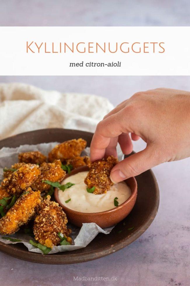 Kyllingenuggets - opskrift på sprøde nuggets med kylling paneret i flæskesvær