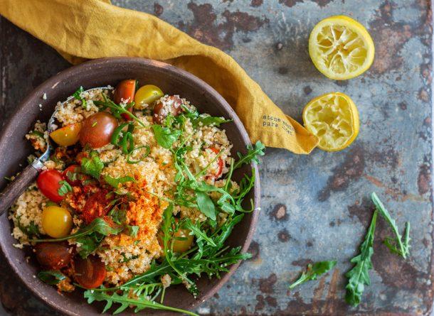 Blomkålscouscous - opskrift på lækker couscous salat lavet med blomkål for færre kulhydrater og flere grøntsager. Perfekt til KETO, Low Carb og LCHF.