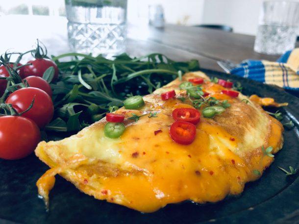 Omelet med ost og chili. Lækker KETO morgenmad: omelet med Chili Gouda.