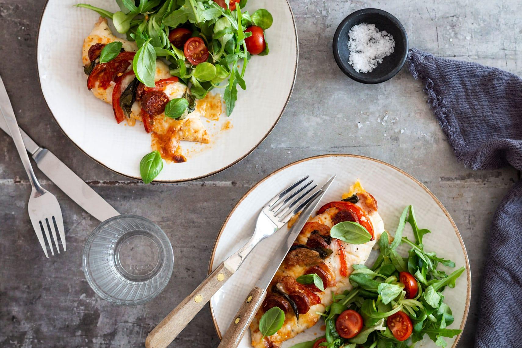 Hasselback kylling med chorizo og mozzarella - lækker KETO opskrift med kylling