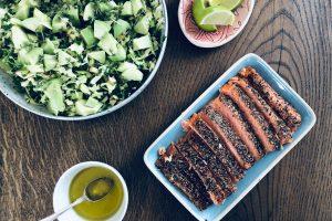 Varmrøget laks med knasende kålsalat med limedressing