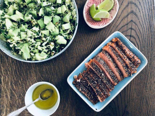 Varmrøget laks og frisk kålsalat med limedressing