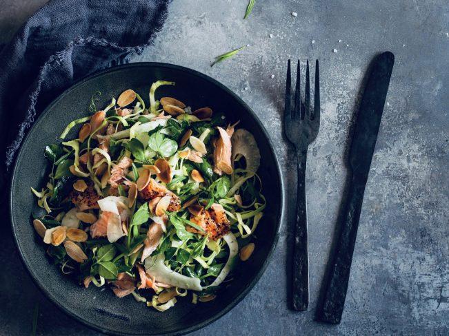 Salat med varmrøget laks og sennepsvinaigrette