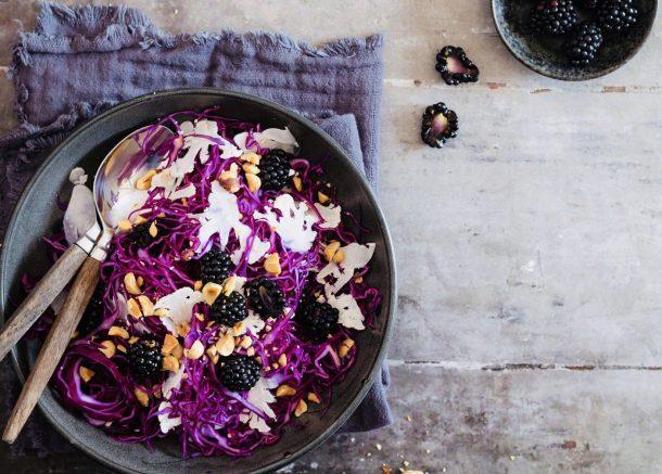 Spidskålssalat med brombær og blomkål - dejligt tilbehør til sommerens grillmad