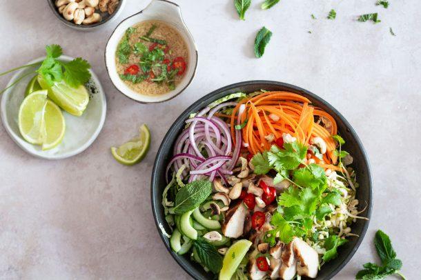 Vietnamesisk salat med kylling - lækker og frisk salat med vietnamesisk strejf - uden sukker