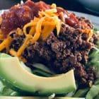 Mexicansk kødsovs på spidskål med cheddar, avokado og salsa. Perfekt KETO aftensmad