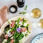 Salat med burrata, parmaskinke og asparges - lækker og sund salat med burrata