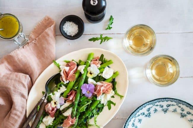Salat med burrata, parmaskinke og asparges