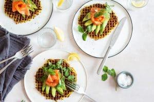 Gurkemejevafler med laks og avokado