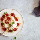 Burrata med ovnbagte tomater og pinjekerner