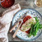 Bagt torsk med tomatsovs og grønne bønner - lækker aftensmad med fisk