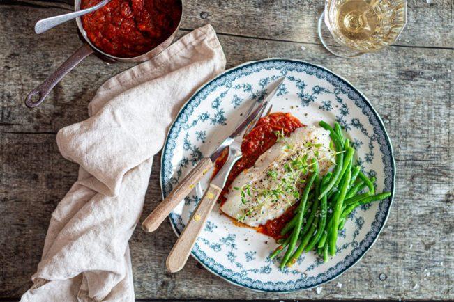 Bagt torsk med tomatsovs