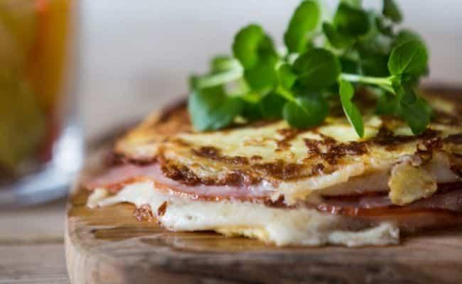 Pandekage-toast med skinke og ost