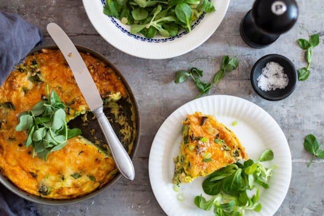 Frittata med broccoli, squash og ost