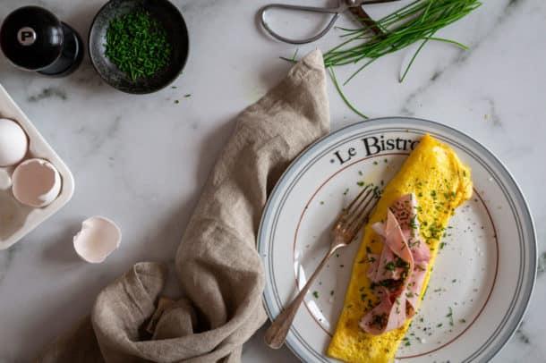 Fransk omelet med skinke og emmentaler opskrift