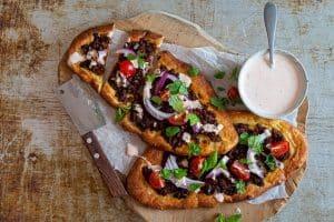 Tyrkisk pizza med krydret oksekød og chilidressing - opskrift på den lækreste Keto pizza