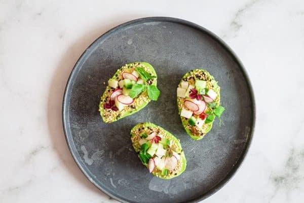 Avocado med sesam og sprøde grøntsager - opskrift på dejlig forret med avocado