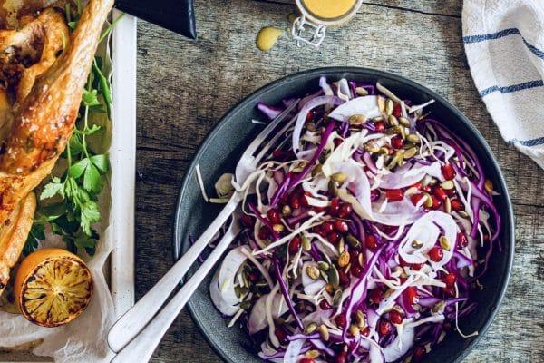 Sprød kålsalat med fennikel, græskarkerner og granatæblekerner