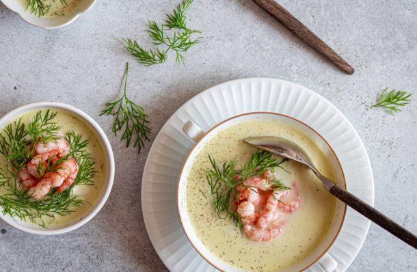 Aspargessuppe er jo også en ægte forårsbebuder og vi skal selvfølgelig udnytte sæsonen ved at nyde denne dejlige spise. Aspargessuppe med rejer smager simpelthen skønt.