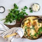 Bagt kylling i lækker cremet sovs med spinat og artiskok