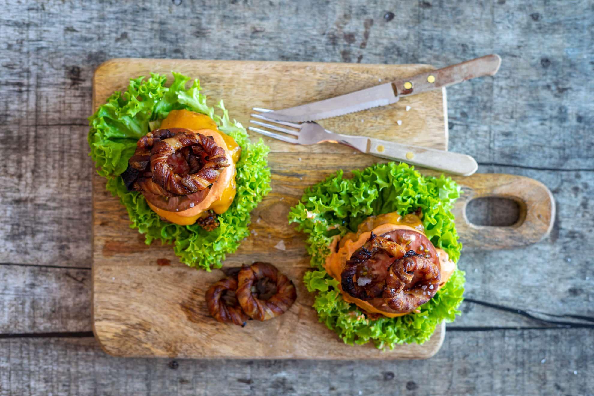 Keto-burger med løgringe - opskrift på lækker burger uden brød