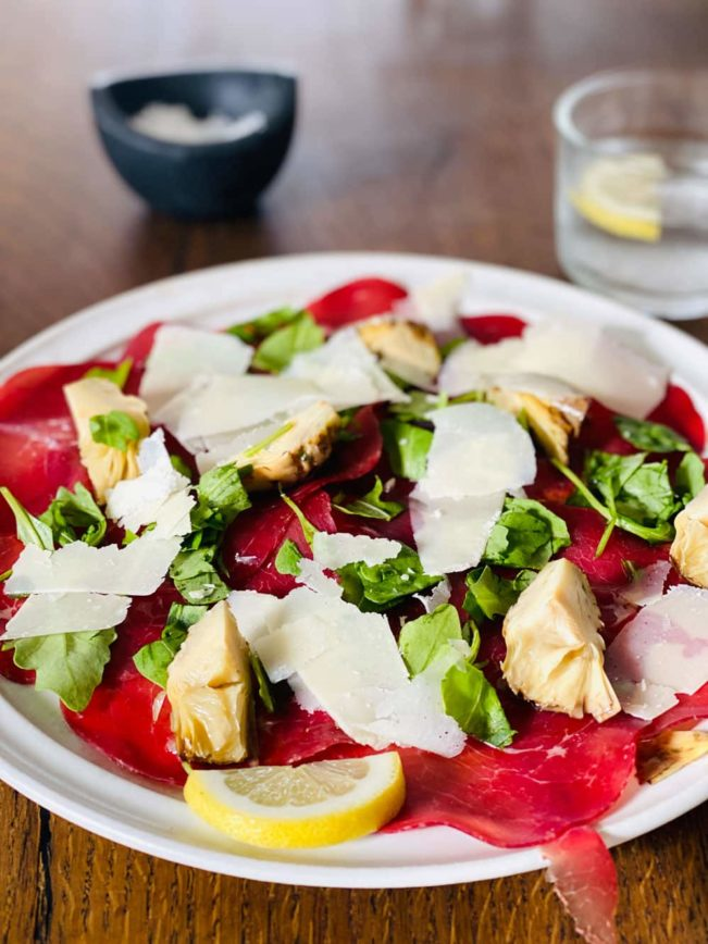 Bresaola-carpaccio med parmesan og artiskok - lækker let italiensk frokost