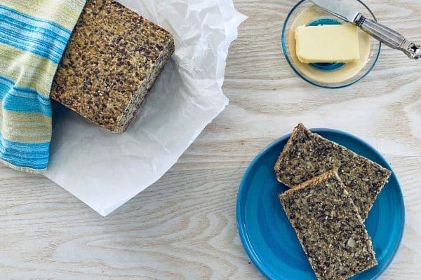 Wannabe rugbrød - den bedste opskrift på et glutenfrit og low carb kernebrød, der smager nøjagtigt som et godt rugbrød
