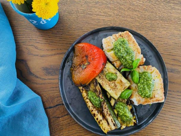 Torsk med pesto og grillede grøntsager - lækker og sund aftensmad