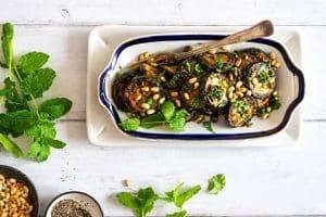 Stegt squash med pinjekerner og urter - lækker og frisk grøntsagsret