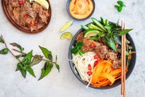 Banh Mi Bowl - opskrift på vietnamesisk salat med marineret svinekød