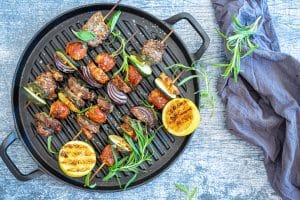 Grillspyd med oksekød og pølse - opskrift på lækker sommermad til grillen