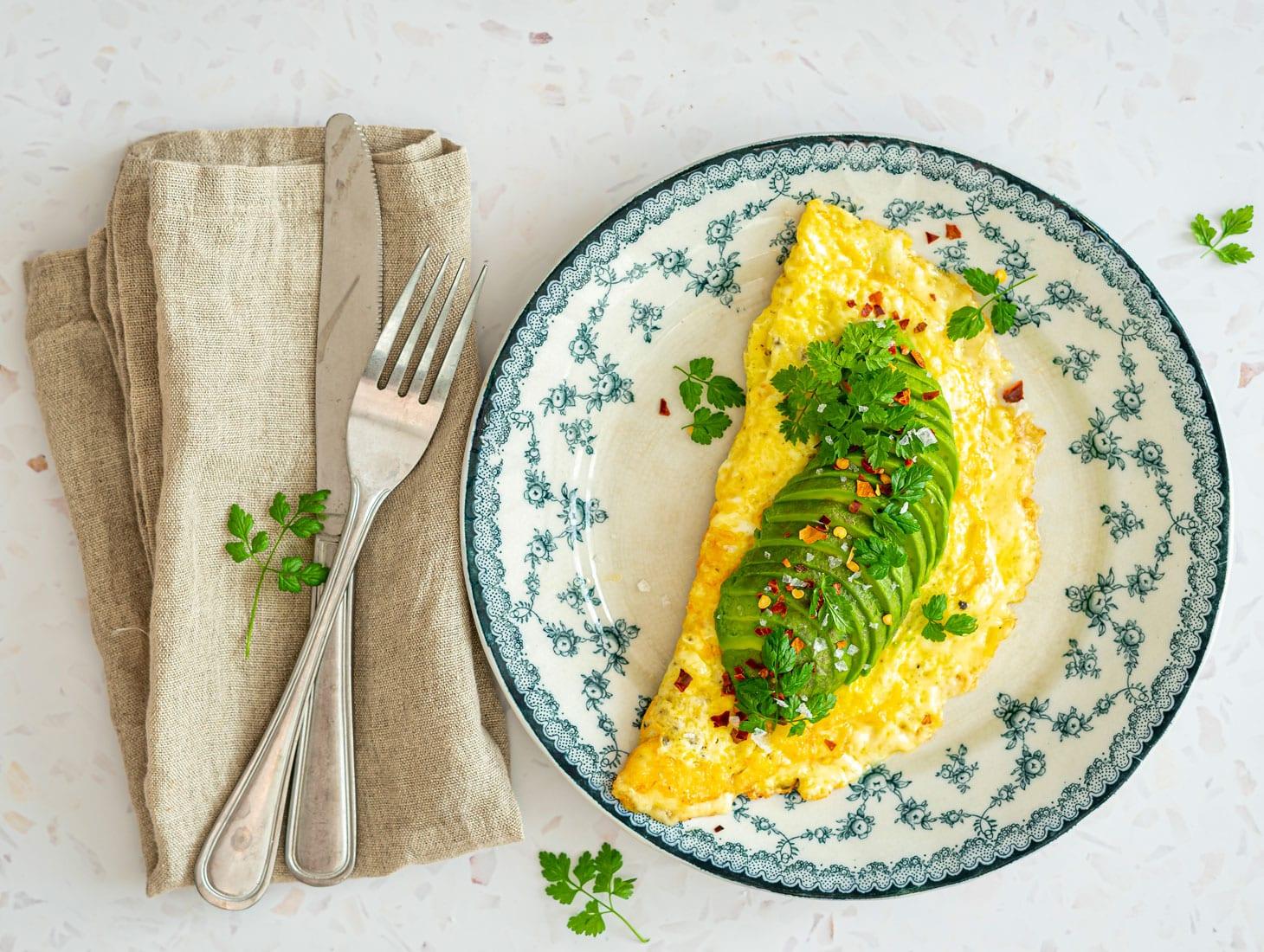 Omelet med ost - særligt lækker variant, hvor osten er sprødstegt udenpå omeletten