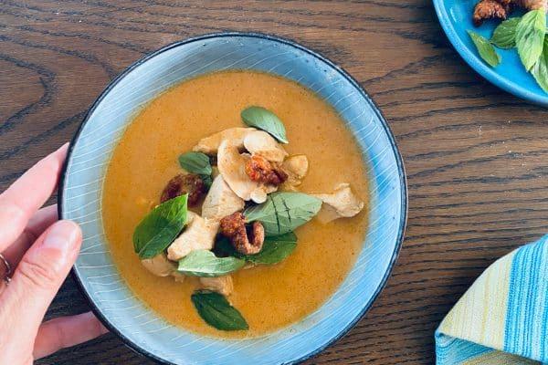 Thaisuppe med kylling og friteret kyllingeskind