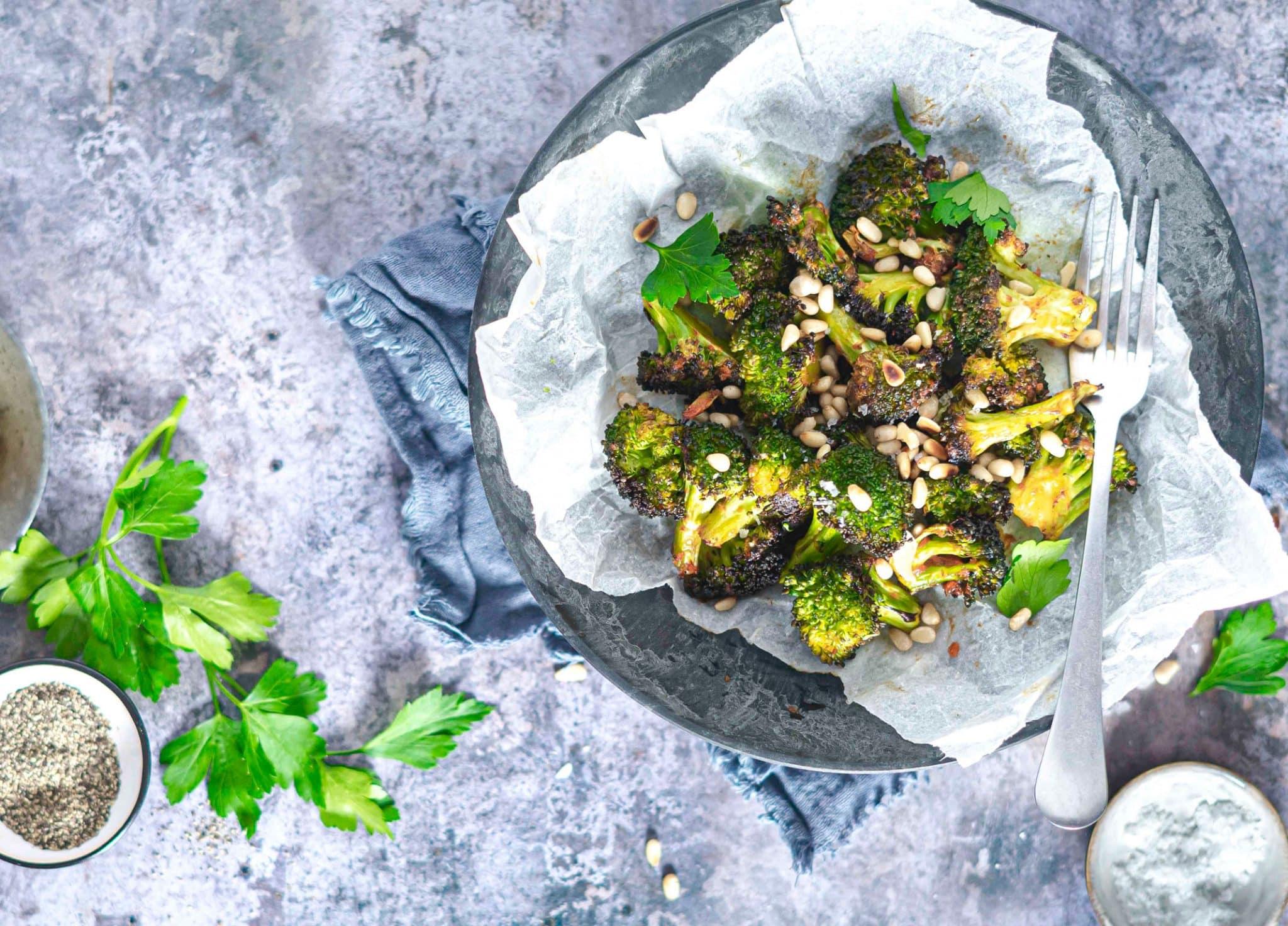 Broccolifritter med chili og pinjekerner - lækkert Keto tilbehør