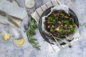 Lun kålsalat med karameliserede løg