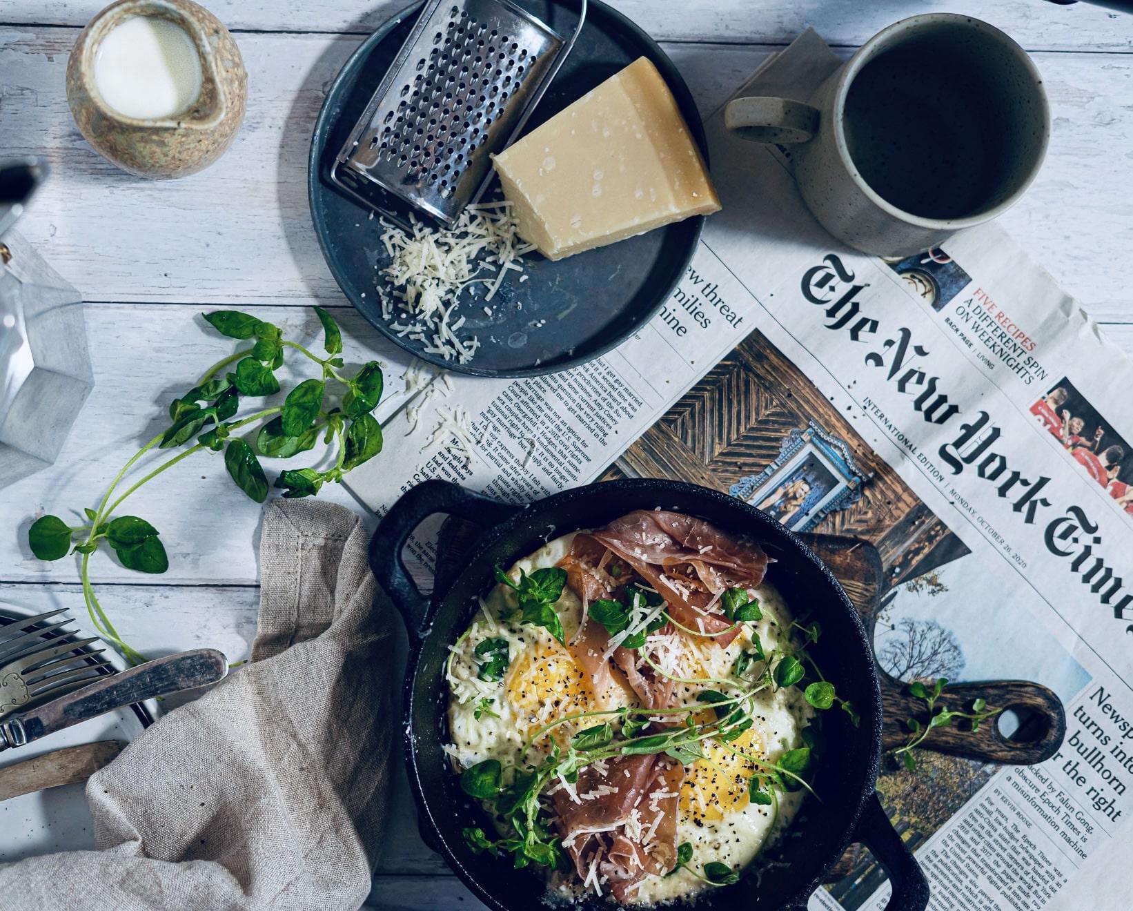 Spejlæg med tørret skinke og parmesan