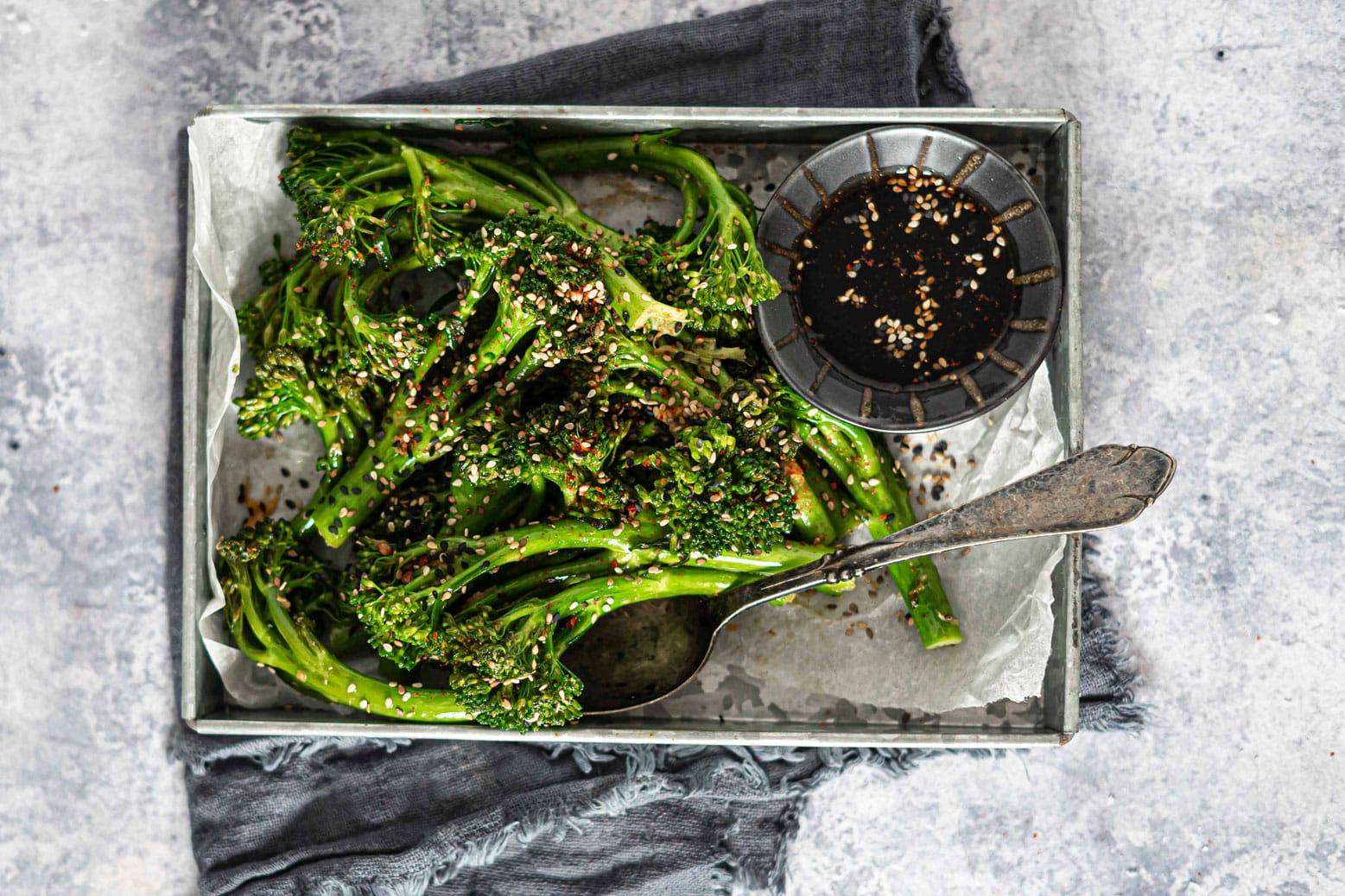 Broccoli med sesam, ingefær og hvidløg