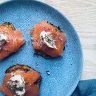 Blinis med laks, cremfraiche og rødløg. Opskrift på lækker og nem forret.