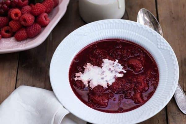 Rødgrød med fløde - opskrift på sommerdessert uden sukker