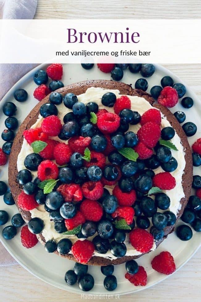 Brownie med bær - lækker sommerlig chokoladekage med vaniljecreme og friske bær