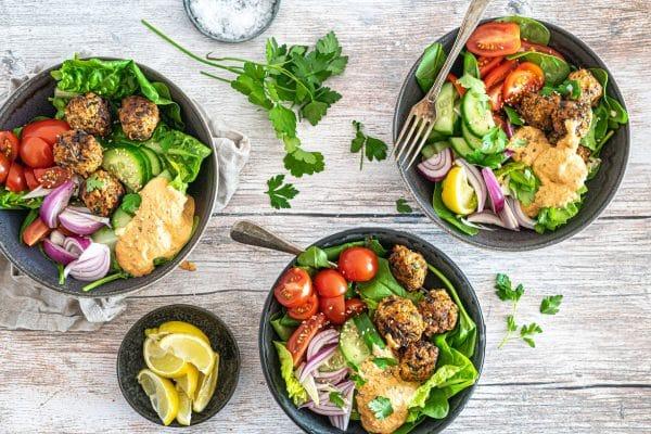 Salatbowl med kyllingedeller og haydari