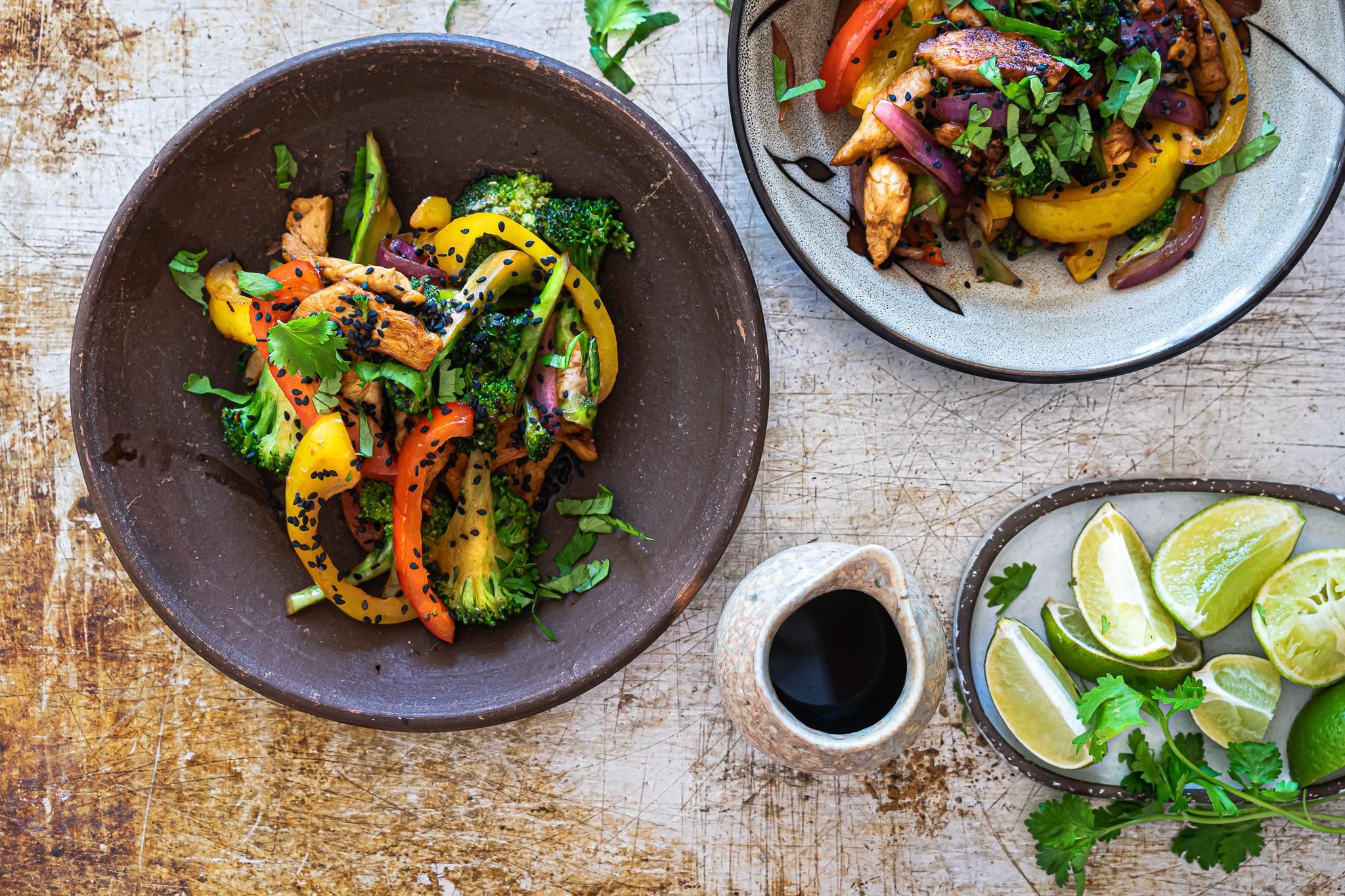 Asiatisk stirfry med broccoli, kylling, peberfrugt og tahin
